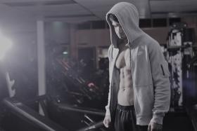 Jaki strój na siłownię dla mężczyzny