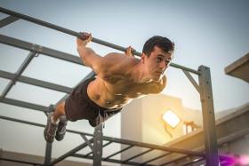 Kalistenika – czy może zastąpić trening na siłowni?
