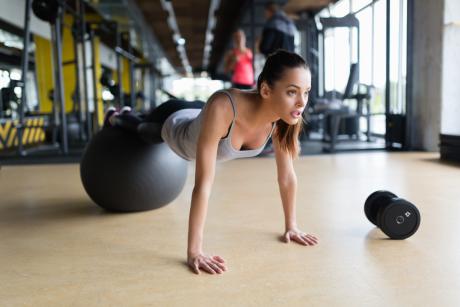 Trening z piłką - korzyści dla zdrowia i przykładowe ćwiczenia