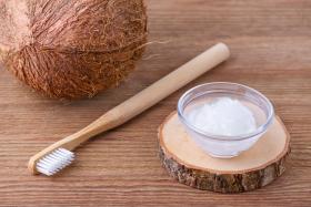 Olej kokosowy wybiela zęby?
