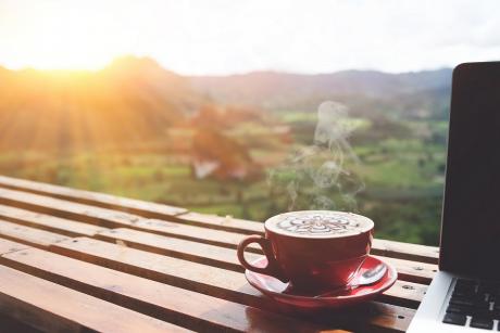 Dlaczego nie należy pić kawy tuż po przebudzeniu?