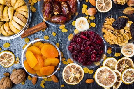 Suszone owoce w odchudzaniu: wady i zalety