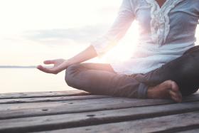 Znajdź chwilę na relaks i wyciszenie. Jak medytować?
