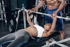 Czy kobiety powinny trenować mięśnie klatki piersiowej?